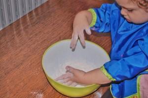 reteta de plastilina facuta in casa impreuna cu copiii - pasul 1 (300 x 199)