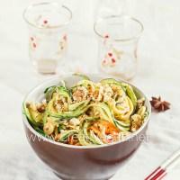 Noodles de calabacín y zanahoria con salsa y nueces