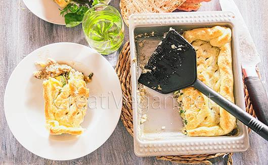 Hojaldre de berenjenas y calabacines con salsa de yogur vegano