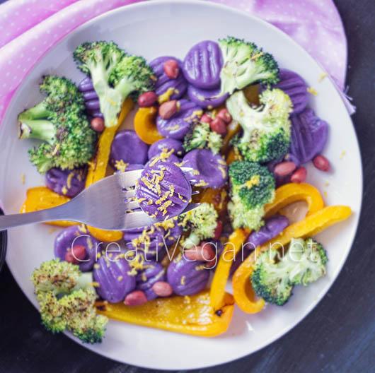 Gnocchi-mochi de boniato morado con pimiento amarillo y brócoli - CreatiVegan.net