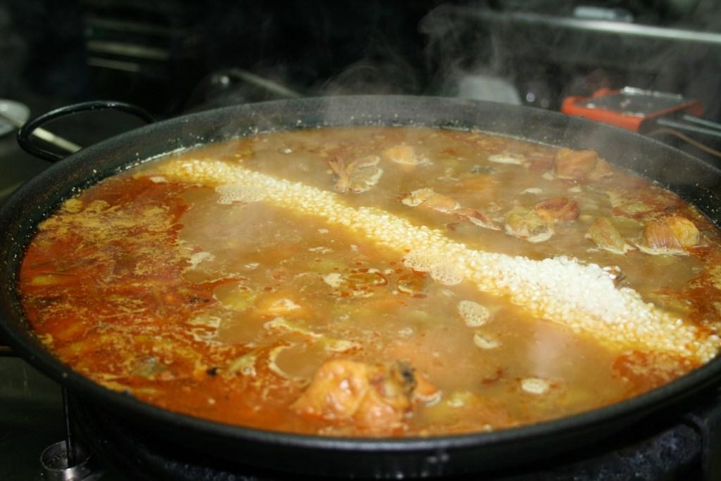 Rijst toevoegen aan paella - Crema Catalana - blog over Spanje