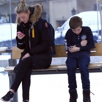 Ação coloca garoto passando frio em ponto de ônibus na Noruega para ver a reação das pessoas