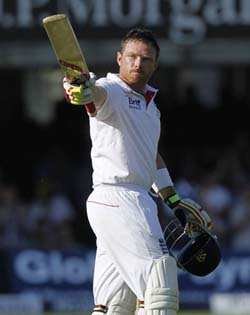 Bell celebrates his 19th test 100 and 3rd consecutive Ashes 100