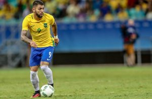epa05473046 Brazil's Gabriel Barbosa in action against Denmark during their men's group A soccer match as part of their Rio 2016 Olympic Games Soccer tournament at Fonte Nova Arena in Salvador, Bahia, Brazil, 10 August 2016. Brazil won the match 4-0 and qualified for the round of eight. EPA/CRISTIANE MATTOS