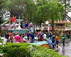 Kids play in the fountain at a Loja park.