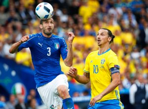 . Toulouse (France), 17/06/2016.- Zlatan Ibrahimovic (R) of Sweden in action against Giorgio Chiellini (L) of Italy during the UEFA EURO 2016 group E preliminary round match between Italy and Sweden at Stade Municipal in Toulouse, France, 17 June 2016. (RESTRICTIONS APPLY: For editorial news reporting purposes only. Not used for commercial or marketing purposes without prior written approval of UEFA. Images must appear as still images and must not emulate match action video footage. Photographs published in online publications (whether via the Internet or otherwise) shall have an interval of at least 20 seconds between the posting.) (Suecia, Francia, Italia) EFE/EPA/RUNGROJ YONGRIT EDITORIAL USE ONLY