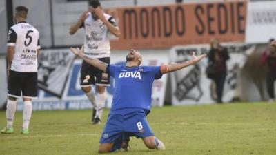 """El """"Cholo"""" Guiñazú festejando el gol de la victoria."""