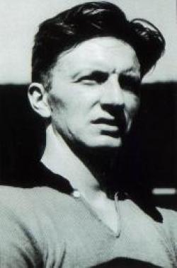Gudmundsson fue el primer jugador de fútbol islandés en firmar un contrato profesional.