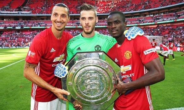 En su presentación oficial con la camiseta del United, Bailly fue campeón y figura en la Community Shield.
