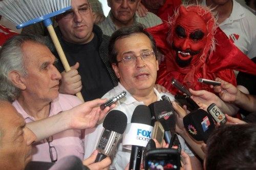 """DYN13, BUENOS AIRES, 18/12/2011, EL OPOSITOR JAVIER CANTERO SE CONSAGR"""" HOY PRESIDENTE DE INDEPENDIENTE POR AMPLIO MARGEN, AL PUNTO DE ROZAR EL 60 POR CIENTO DE LOS VOTOS CONTRA POCO MçS DEL 35 DEL OFICIALISTA BALDOMERO ALVAREZ DE OLIVERA.FOTO.DYN/TONY GOMEZ."""