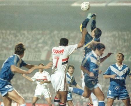 FUTEBOL - HISTÓRIA DO SÃO PAULO - ESPORTES - ACERVO - Muller(C), jogador do São Paulo; Chilavert(D), goleiro paraguaio do Velez Sarsfield, da Argentina, durante partida válida pela final da Taça Libertadores da América de 1994 - Estádio Cícero Pompeu de Toledo(Morumbi) - São Paulo - SP - Brasil - 31-08-1994 - Foto: Acervo/Gazeta Press