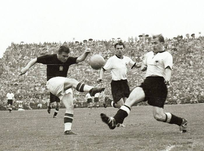 Bildnummer: 06245640 Datum: 04.07.1954 Copyright: imago/Ferdi Hartung WM 1954, Finale, BR Deutschland vs. Ungarn 3:2 - Ferenc Puskas (Ungarn, li.) gegen Werner Liebrich (re.) und Karl Mai (beide BRD); Herren Fussball WM 1954 Nationalteam Länderspiel sw vneg xmk quer o0 Aktion Bern Geschichte Fußballgeschichte Image number 06245640 date 04 07 1954 Copyright imago Ferdi Hartung World Cup 1954 Final BR Germany vs Hungary 3 2 Ferenc Puskas Hungary left against Werner Liebrich right and Karl May both Germany men Football World Cup 1954 National team international match SW Vneg xmk horizontal o0 Action shot Berne History Football history