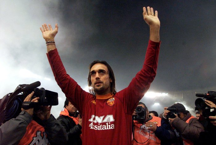 Roma's Argentine striker Gabriel Batistuta waves to fans prior to the start of Roma's Italian Series A match against Fiorentina in Rome November 26, 2000. Batistuta is playing for Roma for the first year after having played for Fiorentina in previous years. PH Reuters / Picture supplied by Action Images *** Local Caption *** RBBORH2000112600384.jpg