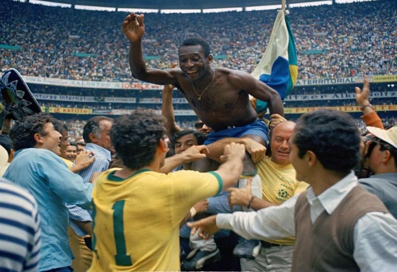 AP Photo - A00099042 - DP - FUTBOLISTA PELE CELEBRANDO VICTORIA CONSEGUIDA EN LA FINAL DE FUTBOL CON LA SELECCION DE BRASIL EN 1970