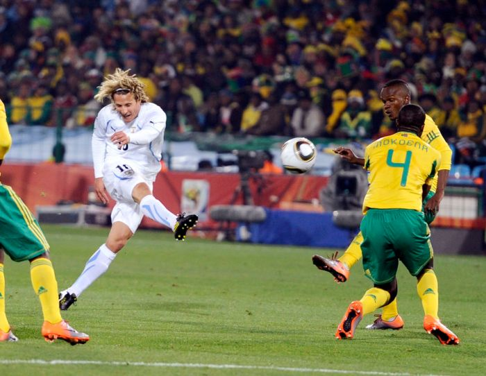 Uruguay's Diego Forlan scores a goal during a 2010 World Cup Group A soccer match against South Africa at Loftus Versfeld stadium in Pretoria June 16, 2010. REUTERS/Dylan Martinez (SOUTH AFRICA - Tags: SPORT SOCCER WORLD CUP)