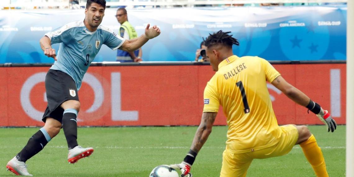 Dos protagonistas del partido: Suárez y Gallese.