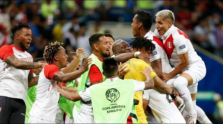 El festejo del plantel peruano en el gol de Flores