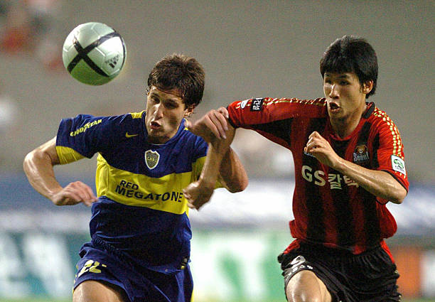 SEOUL, REPUBLIC OF KOREA: Silvestre Matias (L) of Boca Juniors and Jung Jo-Gook (R) of FC Seoul vie for the ball during the South Korea's FC Seoul and Argentina's Boca Juniors frendly match, in Seoul, 26 July 2005. Boca Juniors was leading 2-1 after half time. AFP PHOTO/JUNG YEON-JE (Photo credit should read JUNG YEON-JE/AFP via Getty Images)