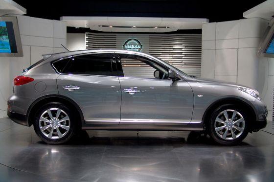 800px-Nissan_Skyline_Crossover_01