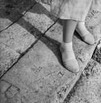 Graffiti et chaussures blanches, La Rochelle, 1938 © Ministère de la Culture - Médiathèque de l'architecture et du patrimoine, Dist. RMN-Grand Palais / Marcel Bovis