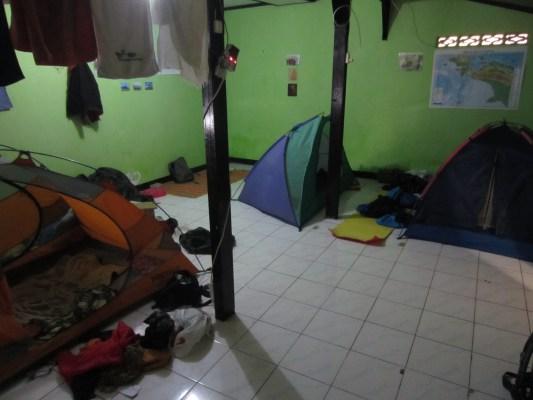 Satu dari tiga kamar untuk tidur.