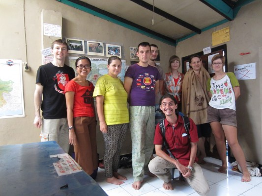 Foto bersama dengan para penghuni saat kami berpamitan pulang.