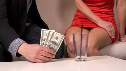 عاملة جنس بقلعة مكونة: الكل يأخذ نصيبه من أرباح الدعارة بالمنطقة – الجزء الثالث -