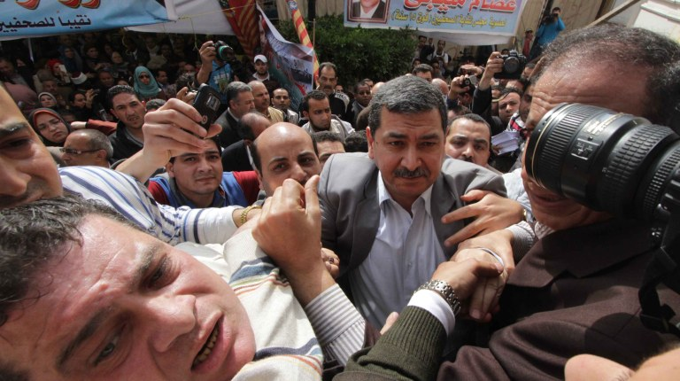 Mamdouh Al-Wali attempts to enter the Press syndicate building before being attacked by journalists (Mohamed Omar/DNE)