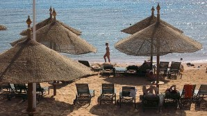 Income from Russian tourists to Egypt came on top of the list of the 10 countries that sent the most tourists to Egypt last year. (AFP Photo)