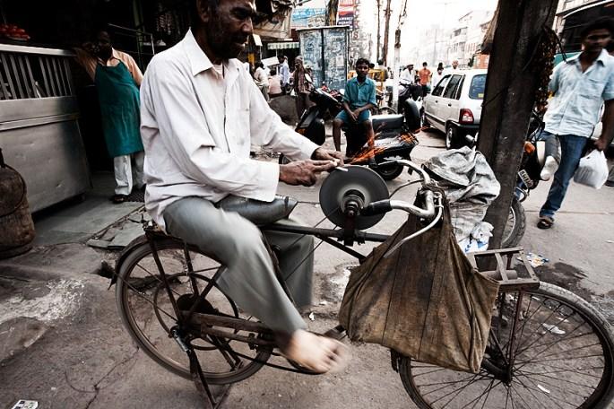 Vida de Bicicletas en la India 091127 delhi india bicycle knife sharpener salesman MG 7506