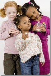 Children_drinking_milk___401