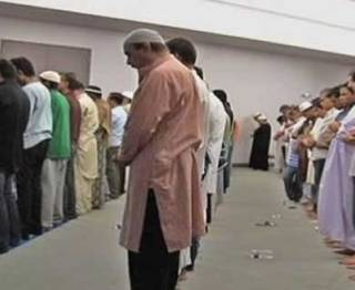 Ilustrasi - Muslim AS saat melakukan shalat tarawih. (VOA/ROL)