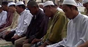 Lebih dari 200 umat muslim di Banjarmasin, Kalimantan Selatan, Sabtu (6/10/2012) pagi, melaksanakan shalat minta hujan (shalat istisqo) yang berlangsung di halaman Masjid Raya Sabilalmuhtadin. (KCM/Defri Werdiono)