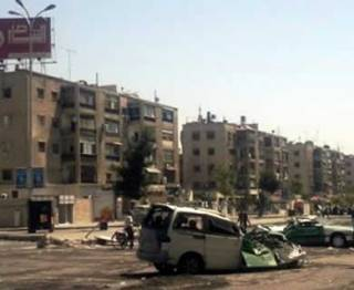 Sebuah mobil hancur usai pertempuran antara oposisi dan militer Suriah di kawasan kamp pengungsian Palestina di Yarmuk, Suriah. (ROL)