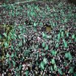 Ratusan ribu warga Palestina di Gaza ambil bagian dalam perayaan milad Hamas ke-25 di Gaza City, 8 Desember 2012. (REUTERS/Suhaib Salem)