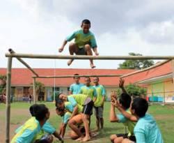 Outbond di lapangan dalam Lapas Anak Pria Tangerang, yang diselenggarakan oleh Gerakan Peduli Remaja (GPR) bersama Smart Learning Centre (SLC) dan Indonesia Tanpa JIL (ITJ) Chapter Bekasi, 26 Desember 2012. (Raesa Al-Tampani)