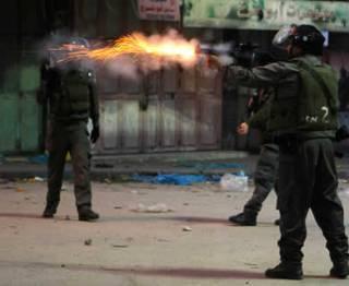 Tentara Israel sewenang-wenang menembakkan gas air mata saat bentrokan di Hebron, 6 Desember 2012. (Reuters / Stringer)