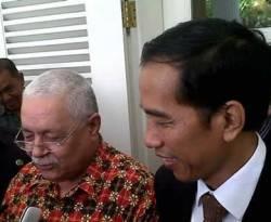 Gubernur DKI Jakarta Joko Widodo menerima Duta Besar Palestina untuk Indonesia Fariz N Mehdawi, di Balaikota Jakarta, Kamis (3/1/2013). Mereka bersepakat untuk melakukan kerjasama pertukaran. (Kurnia Sari Aziza/KCM)