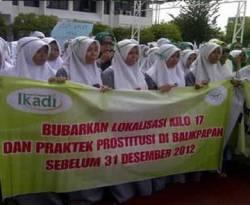 Aksi massa menuntut penutupan lokalisasi di Balikpapan, Senin (21/1/2013). (Kompas/Lukas Adi Prasetya)