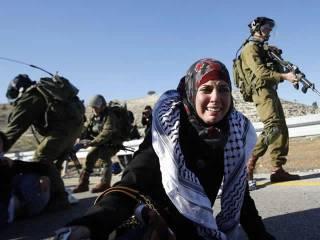 Warga Palestina kerap menjadi korban kekerasan dan kebrutalan tentara Israel, baik di Tepi Barat atau di Jalur Gaza. (Reuters/Mohamad Torokman/ROL)