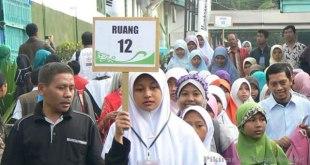 Sebanyak 1.226 lulusan sekolah dasar, mengikuti tes seleksi calon santri. Seorang panitia mengarahkan para peserta ke sebuah ruangan di Pondok Pesantren Husnul Khotimah, Manis Kidul Kabupaten Kuningan, Minggu (3/3). (TOTO SANTOSA/PRLM)