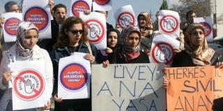 Sekelompok perempuan Turki berunjuk rasa di depan Mahkamah Konstitusi Turki menuntut hak mengenakan Jilbab