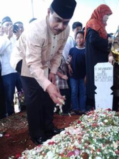 Kapolda Jabar, Irjen Pol Drs. Suhardi Alius, MH saat menaburkan bunga di makam Alm. H. Soewelo Djayadi bin Sholeh. Jum'at, 29/11 (foto: andan/dakwatuna)