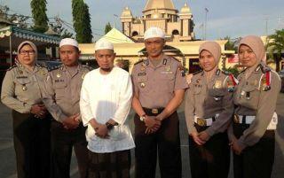 Ustadz Arifin Ilham bersama Polwan Berjilbab