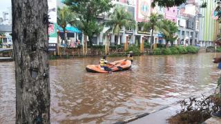Banjir di seberang MOI Kelapa Gading Jakarta Utara, Sabtu (18/1/2014). (Foto: Twitter / @TMCPoldaMetro / @get_littleq)