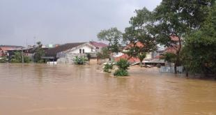 Banjir di Kawasan Gudang Peluru, Kampung Melayu, Sabtu (18/1/2014). (Twitter / @TMCPoldaMetro / @vangomet)