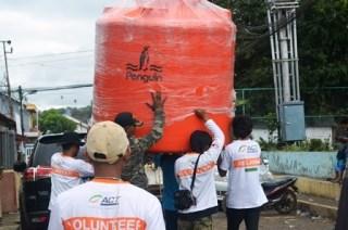 Tim Relawan ACT sedang menyiapkan dua tangki air dengan kapasitas 2000 liter di pengungsian. (Foto:act)