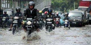 Salah satu ruas jalan yang terendam banjir (Foto: merdeka.com)