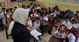 Seorang Guru sedang mengajar siswa (inet) Foto: republika