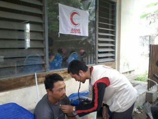 Relawan BSMI melakukan pemeriksaan kesehatan korban erupsi gunung kelud - Foto: BSMI